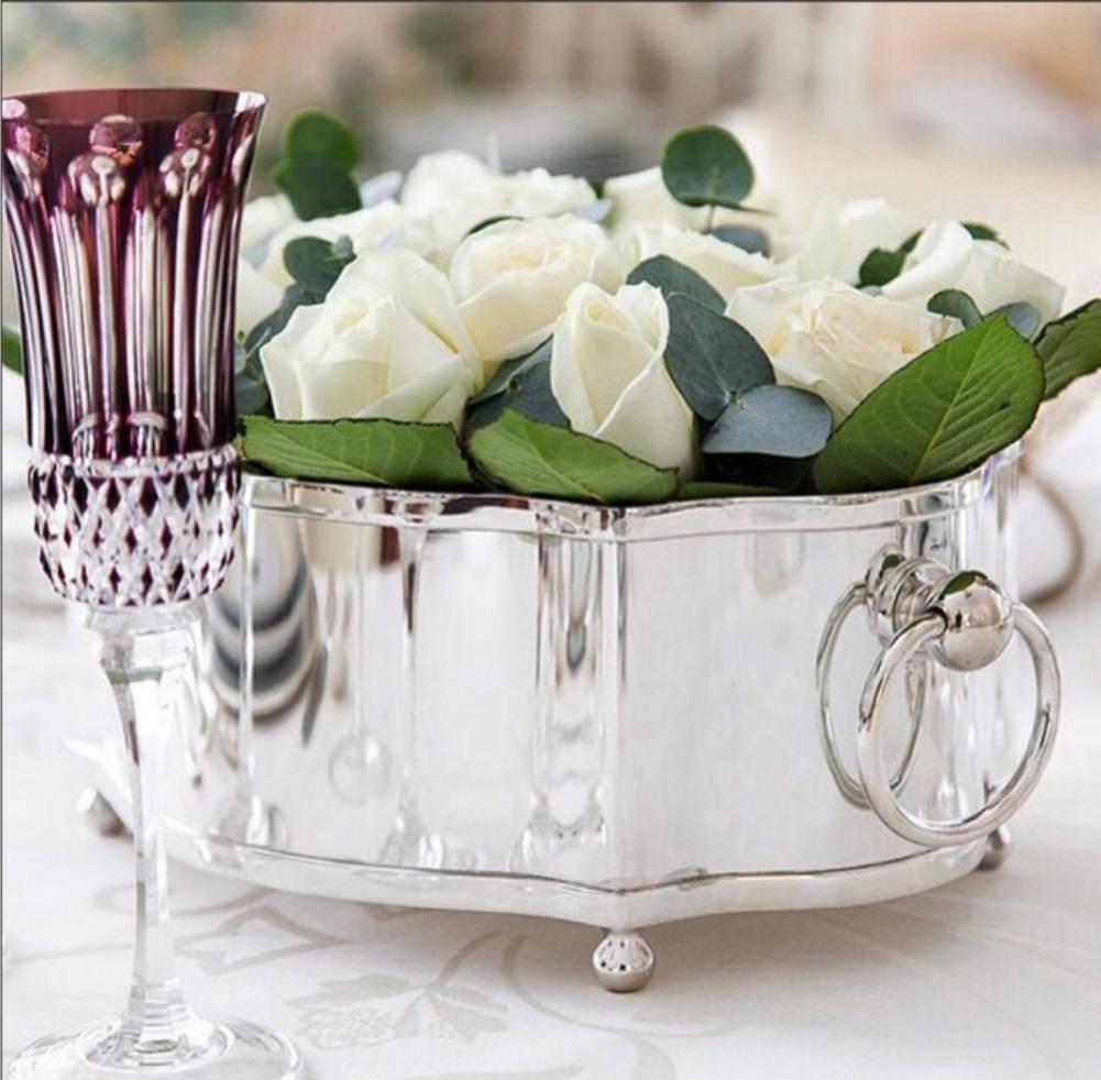 Floreira de prata fica muito bem como centro de mesa. Esta é da Parochi