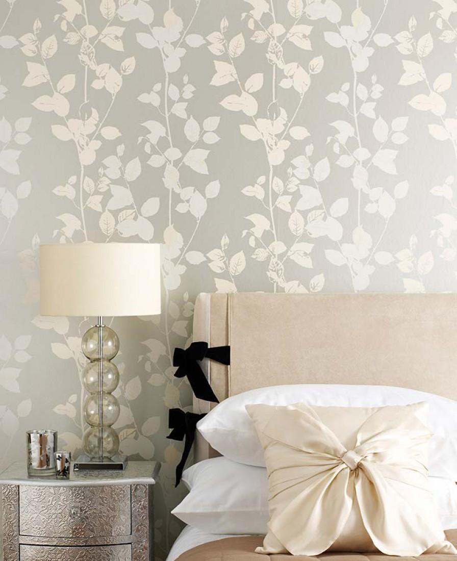 Papel de parede cinza/prata dá um ar contemporâneo.