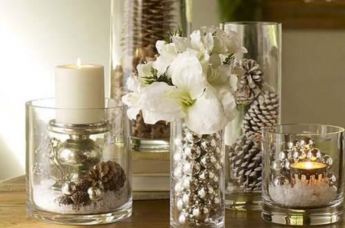 Centro de mesa: composição vidros, bolas, velas e flores