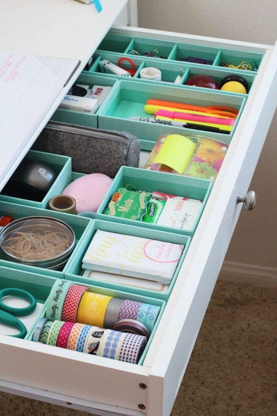 Caixinhas fazem as subdivisões na gaveta.