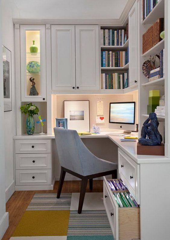 Marcenaria sob medida cria espaços para guardar livros e documentos.