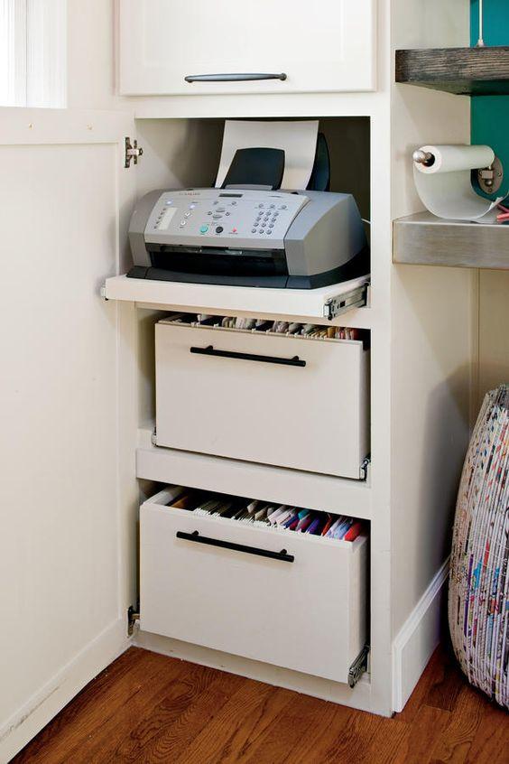 Prateleira deslizante para a impressora dentro do móvel.
