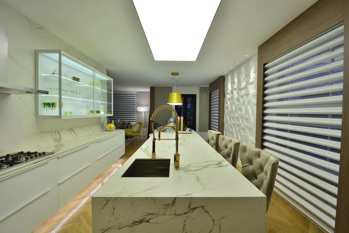 Projeto Refúgio da Arquiteta de Andrea Magalhães com torneira tom cobre.